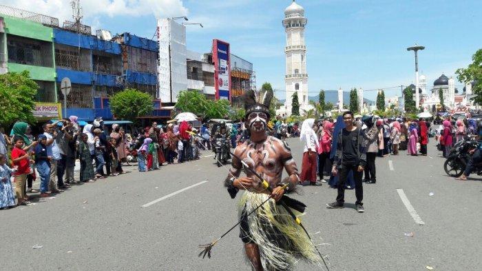 FOTO-FOTO: Rumah Adat Papua Hingga Batak Meriahkan Karnaval Banda Aceh - kemeriahan-karnaval-7_20170819_131610.jpg
