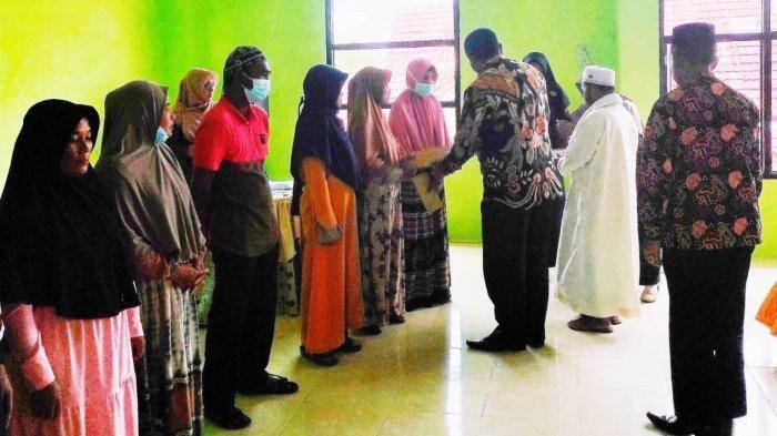 Kankemenag Aceh Singkil Distribusikan Zakat, Ini Penerimanya