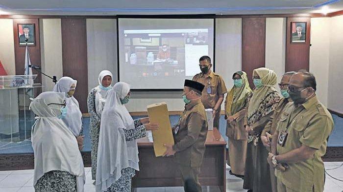 BKKBN Aceh Serahkan Alat Pelindung Diri untuk Bidan