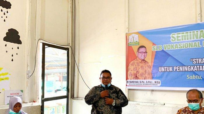 Kepala Sekolah Luar Biasa atau SLB Vokasional Muhammadiyah Bireuen, Istiarsyah, berbicara dalam seminar parenting bagi orang tua murid di sekolah itu, Sabtu (11/9/2021).