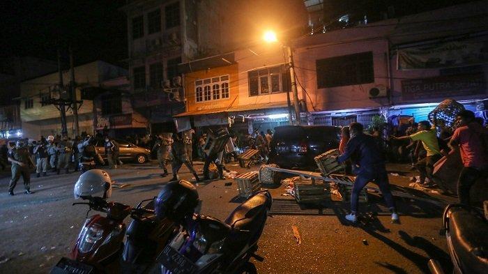 Pemindahan Pedagang Pasar Kartini Peunayong Ricuh, Satpol PP Dilempari Sayuran dan Kayu - kericuh.jpg