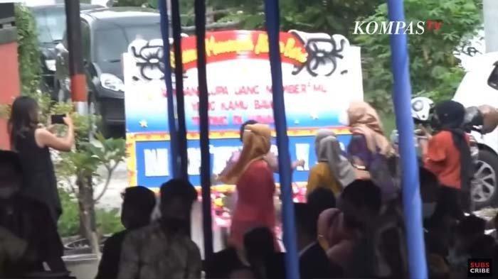 Tertipu Arisan Bodong, Viral Sejumlah Wanita Geruduk Acara Nikahan Pelaku, Keluarga Mempelai Ngamuk