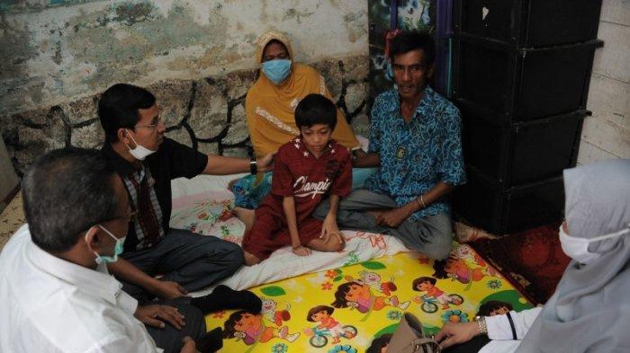 Ketua DPRK Banda Aceh, Kadiskes, dan Rombongan Jenguk Bocah Penderita Kelainan Tulang di Peuniti
