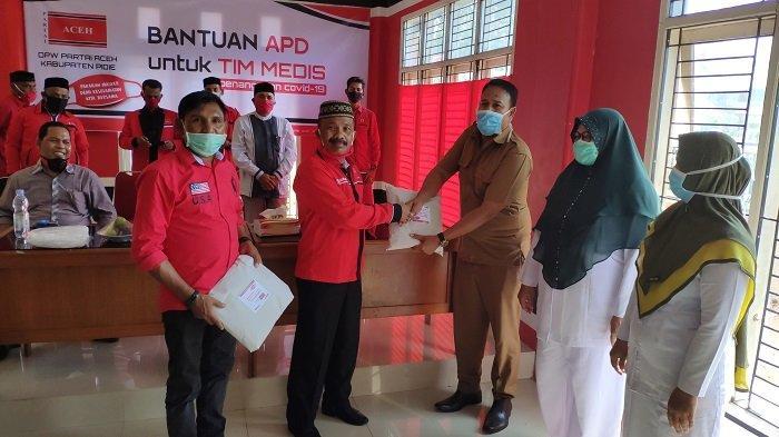 DPW Partai Aceh Kabupaten Pidie Bagikan APD Kepada 26 Puskesmas, Ini Pesan Sarjani Abdullah