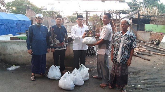 Ketua Komisi II DPRK Aceh Besar Bantu Korban Kebakaran di Gampong Gani