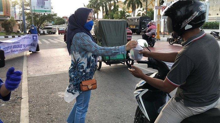 Perempuan PAN Aceh Bagi-bagi Takjil