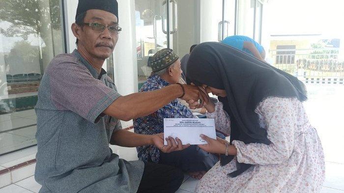 Perangkat Kampung Belakang Aceh Barat Santuni Anak Yatim