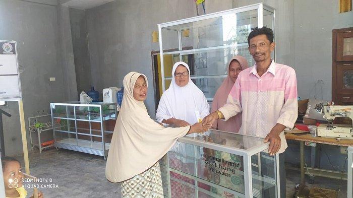 Bantu Pengembangan Usaha Mikro, Keuchik Gampong Lhang Salurkan Steling Kaca kepada 73 Warga