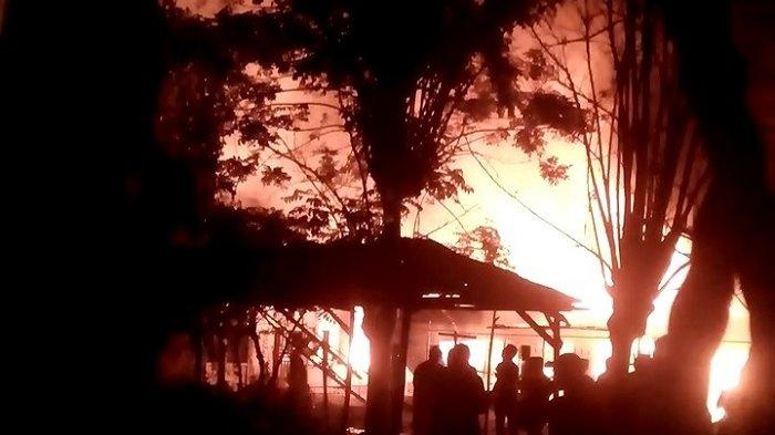 Sebanyak 48 Jiwa Korban Kebakaran Mengungsi ke Kantor Keuchik Batuphat Timur