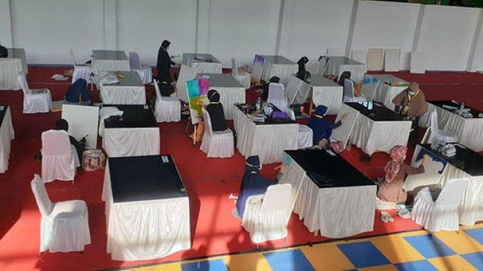 Suasana lomba cabang khat kontemporer putri  atas nama Erni Daini dan putra atas nama Hanif Maulazi di GOR UNP 2 Padang, Rabu (18/11).