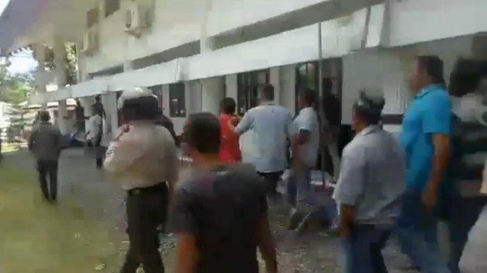 Pleno KIP Aceh Besar Kembali Ricuh, Massa Pecahkan Kaca Gedung DPRK