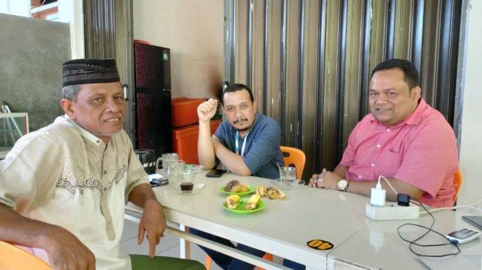 Tgk Ridwan (berpeci) bersama Pemred Serambi Indonesia Zainal Arifin M Nur (kiri) dan Anggota DPRA Asrizal H Asnawi, berada di warung kopi di kawasan Banda Aceh, Rabu (30/6/2021)