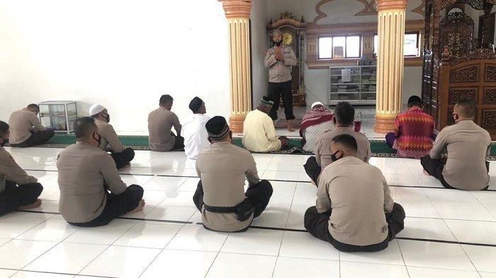 Brimob Kompi 3 Batalyon B Pelopor Saweu Masjid di Bener Meriah