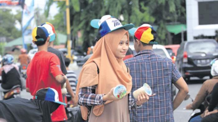 Komunitas Breakdance dan Relawan Sajan Illiza Bagi Bagi Takjil