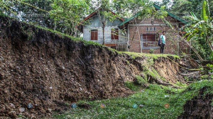 FOTO - Kondisi Terkini Fenomena Tanah Bergerak di Lamkleng Aceh Besar - kondis-tanah-bergerak.jpg