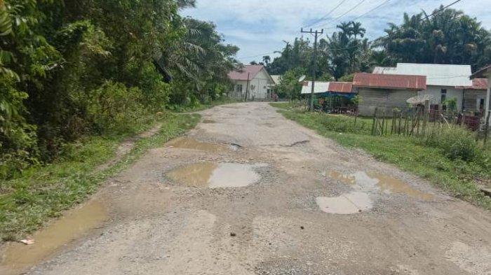 Warga Keluhkan Kerusakan Jalan Padang Lageun, Kadis PUPR Aceh Jaya Singgung Dana Pokir DPRA