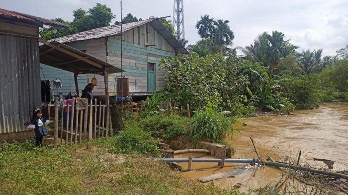 Debit Air Tinggi, Bantaran DAS Krueng Langsa Amblas Ancam Rumah Warga