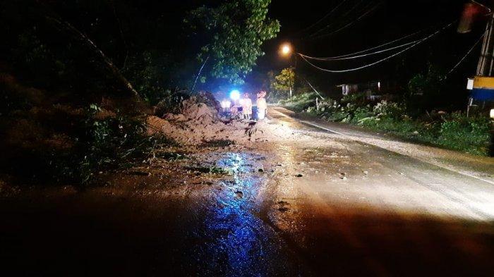 Hujan Sepanjang Malam, Bukit Seumadam Longsor Menutupi Sebagian Jalan Medan - Banda Aceh