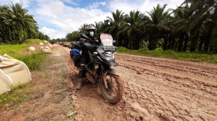 Kondisi sebagian ruas jalan sepanjang 307 dari Merauke ke Boven Digoel, Papua, yang ditempuh Dr Kamaruzzaman Bustamam-Ahmad bersama istrinya selama sembilan jam pada Selasa, 12 Oktober 2021.