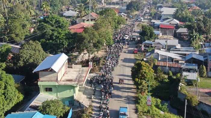 Warga Daerah Otonomi Bangsamoro di Mindanao, Minggu (21/3/2021), mengikuti konvoi perdamaian untuk mendukung kampanye perpanjangan masa transisi pemerintahan di wilayah tersebut hingga 2025.