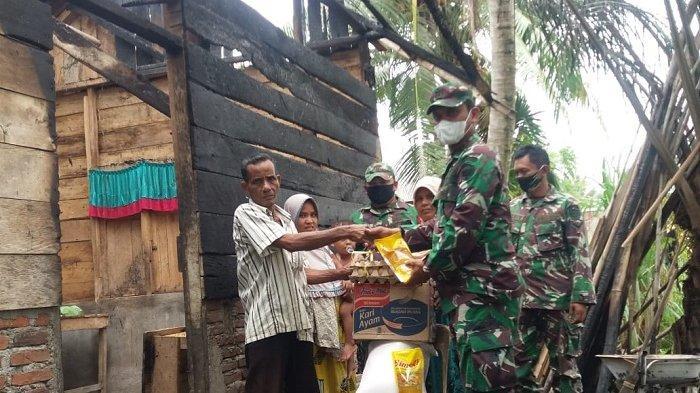 Danramil 03/Dewantara Serahkan Bantuan untuk Korban Kebakaran di Desa Paloh Igeuh