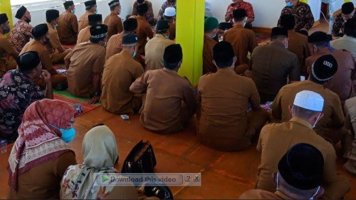 Warga Aceh Barat Nantikan Koran Masuk Desa