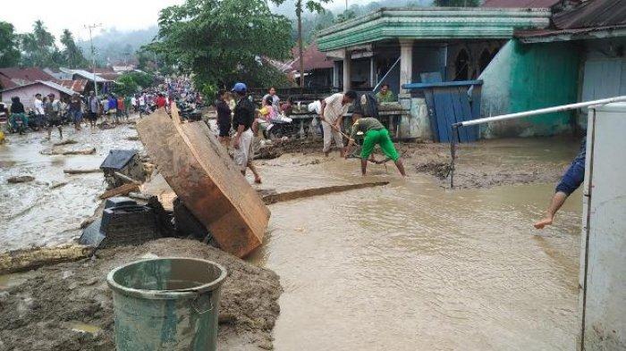 Material Banjir Masih Berserakan di Badan Jalan