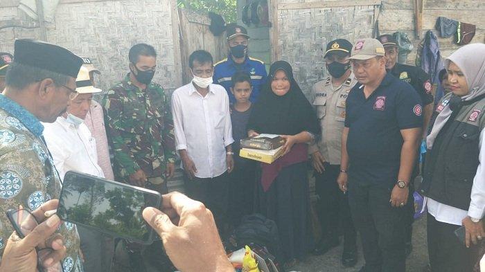 Dinsos Aceh Besar Salurkan Bantuan Masa Panik Korban Kebakaran di Lamteuba