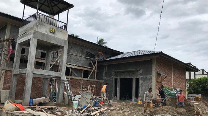 PEMBANGUNAN RUMAH PRODUKSI - Pekerja menyelesaikan pembangunan rumah produksi kentang gorong di Gampong Geuce Meunara, Kecamatan Jaya Baru, Banda Aceh