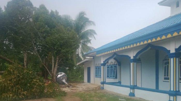 Satu Kubah Masjid Terbang Saat Hujan Disertai Angin Kencang Landa Aceh Singkil, Ada Dampak Lain Juga