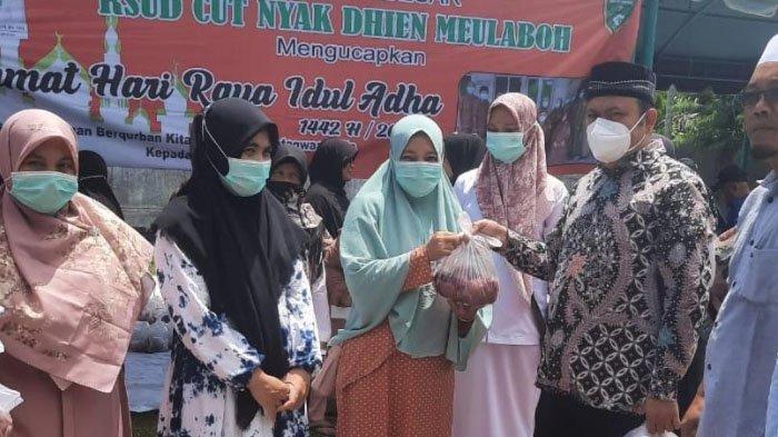 Janda dan THL Kurang Mampu Terima Paket Daging Kurban dari RSUD Cut Nyak Dhien