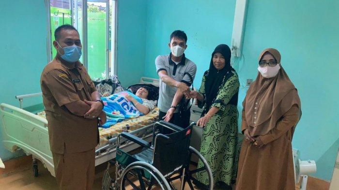 Pemkab Aceh Barat Bantu Kursi Roda untuk Amelia, Mahasiswi Lumpuh Usai Divaksin Covid-19