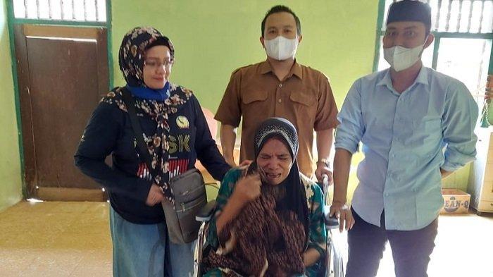 Enam Tahun Lumpuh, Ramlah Menangis Saat Terima Bantuan Kursi Roda