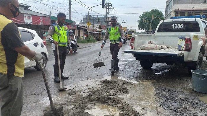 Satlantas Polres Bireuen Tutup Lubang Jalan Rusak