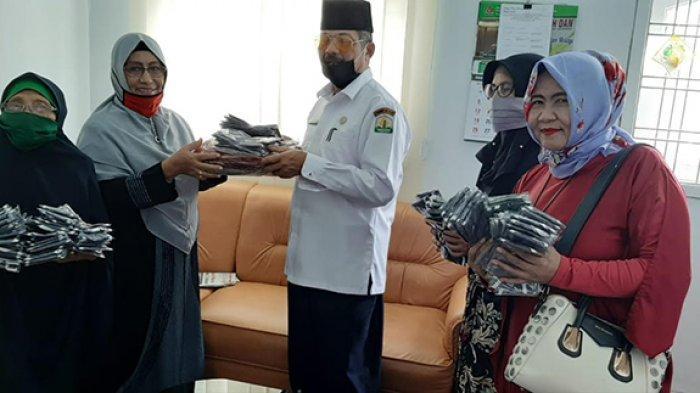 Giliran 'Ladies Lampriek' Bantu Masker untuk Jamaah Masjid Raya Baiturrahman