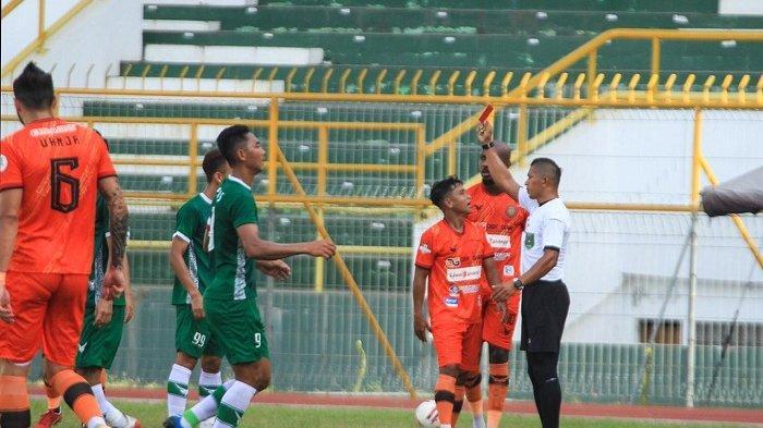 Wasit saat memberikan kartu merah untuk pemain Persiraja, Defri Riski  dalam laga uji coba melawan PSMS Medan di Stadion Harapan Bangsa, Lhong Raya, Banda Aceh, Minggu (27/6/2021) sore.