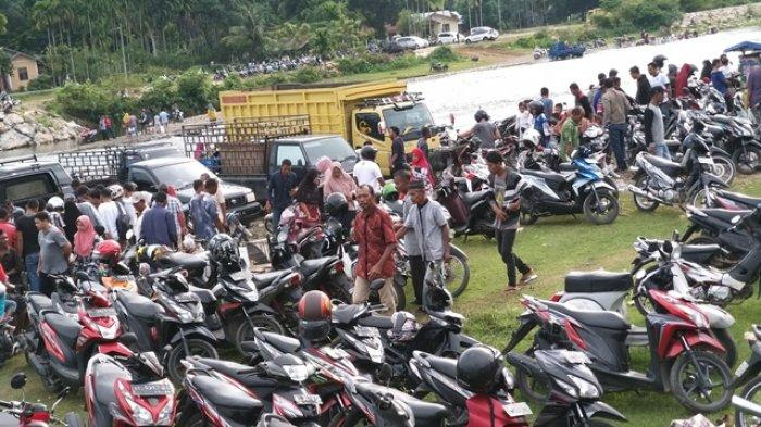 Parkir Sepmor di Bantaran Krueng Beukah Abdya Harus Bayar Rp 5.000