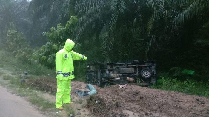 Anggota Satlantas Polres Aceh Tamiang menunjukkan mobil pikap L-300 yang terbalik usai menabrak sepeda motor di Bukit Seumadam, Senin (14/9/2020). Insiden ini menyebabkan satu orang tewas dan tiga lainnya luka berat.