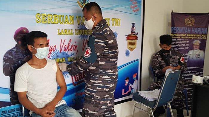 Lanal Lhokseumawe Gelar Vaksin Gratis Bagi Ratusan Nelayan Pidie Jaya