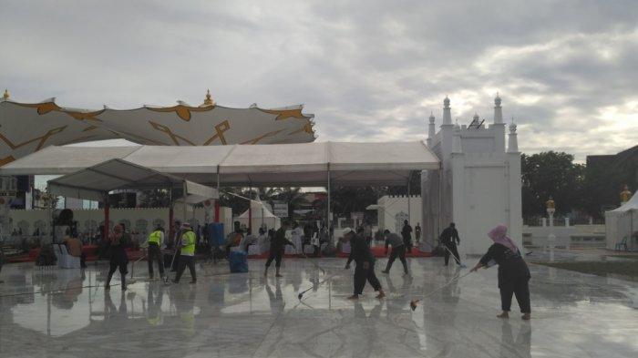 Lantai Pelataran Masjid Raya Tergenang, Petugas CS Kebut Bersihkan Air