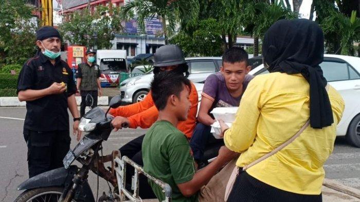 Perbakad Kodam IM dan Lembaga Panglima Salur 470 Nasi Kotak di Jalan Raya untuk Warga Kurang Mampu