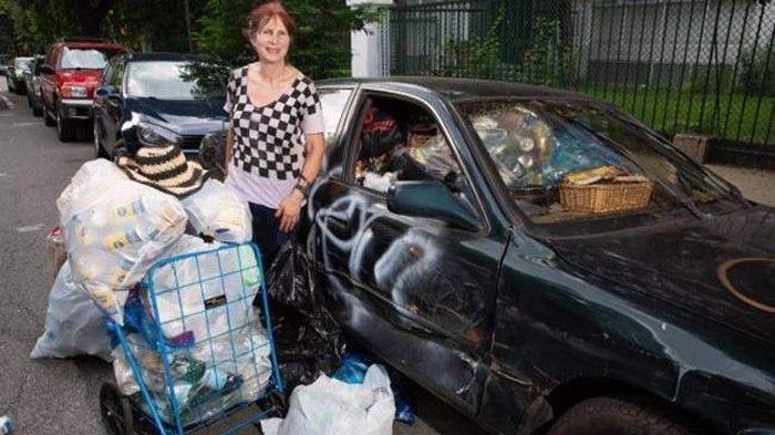 Kaya Raya, Wanita Ini Justru Pilih Jadi Pemulung Sampah di Jalan Pakai Mobil Bobrok