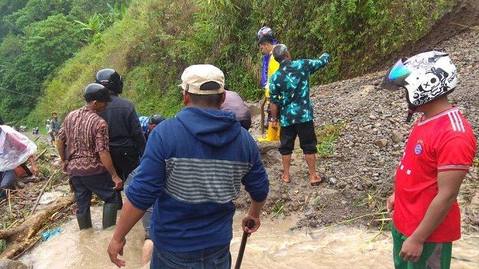 Ruas Jalan Pamar Aceh Tengah Tertimbun Longsor
