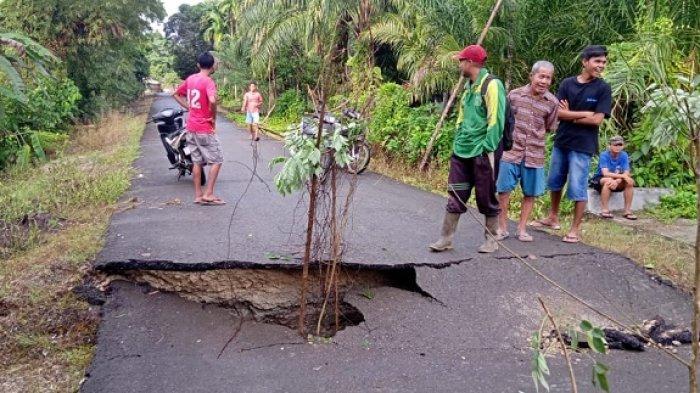Hujan dan Angin Kencang Landa Simeulue, Sebabkan Longsor dan Jalan Amblas