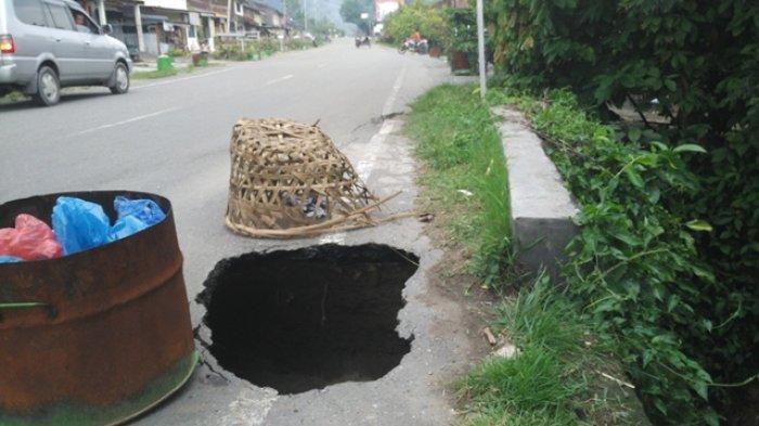 Hati-hati Melintas di Jalan Nasional Aceh Tenggara, Ada Lubang Besar Menganga di Pinggir Jalan
