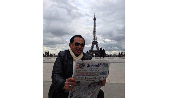 Lurah Paris Asal Aceh, Pamer Foto Sedang Baca Serambi Indonesia dengan LatarMenara Eiffel Paris