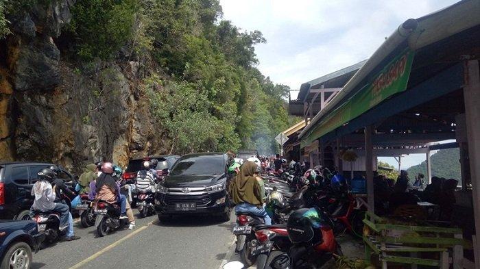 Jalan Sempit, Kendaraan Parkir di Pinggir Jalan, Lalu Lintas di Gunung Geurutee Aceh Jaya Macet