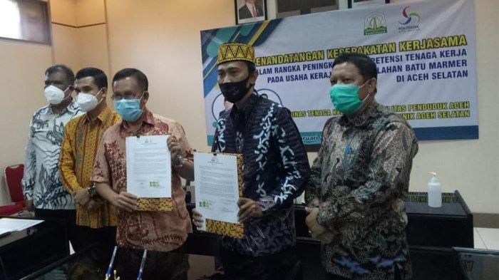 Direktur Poltas, Dr Muhammad Yassar STP MSc (dua kanan) dan Kepala Disnakermobduk Aceh, Ir Fajri MT (tengah) memperlihatkan dokumen MoU pelatihan olah batu marmer dengan Poltas Aceh Selatan.