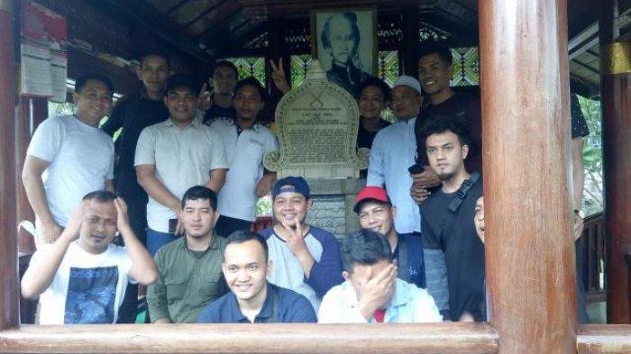 Mahasiswa Aceh di Jakarta Gelar Bakti Sosial di Makam Cut Nyak Dhien Sumedang