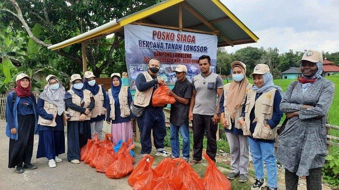 Mahasiswa Magister Kebencanaan Serahkan Bantuan untuk Korban Tanah Amblas di Lamkleng